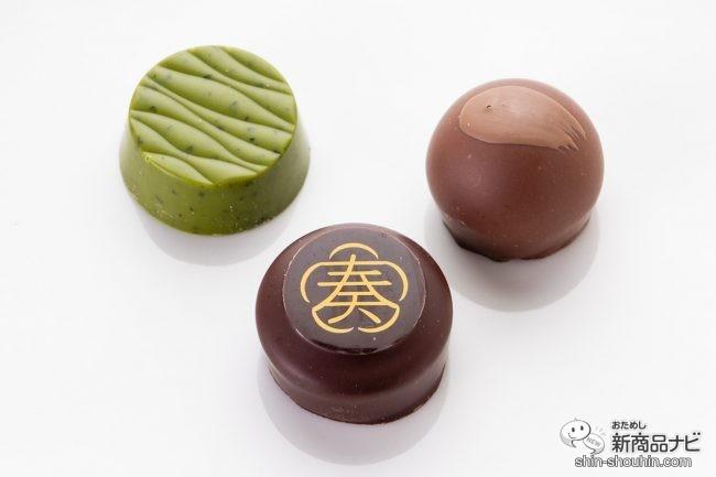 白いテーブルに並んだチョコレート