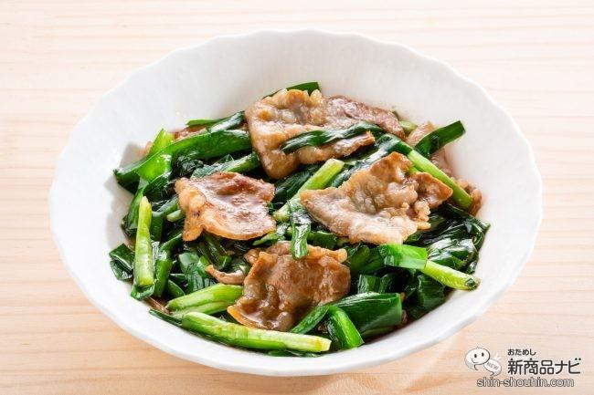 白いお皿に盛り付けられた豚バラ肉とニラ