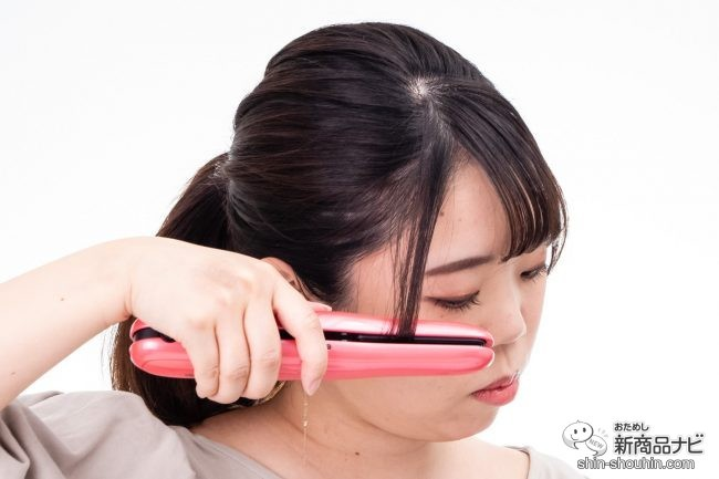 『コードレスヘアーアイロン ISC200』を使って後れ毛をセットする女性