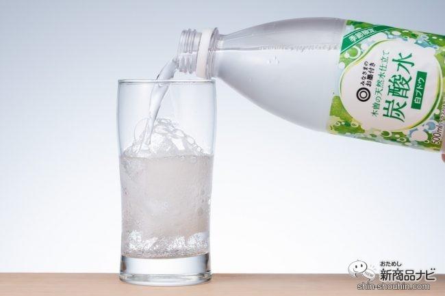 木曽の天然水仕立て炭酸水 白ブドウをグラスに注いでいる