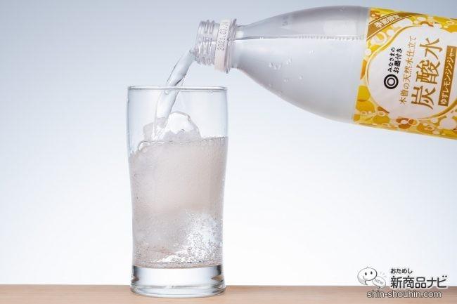 木曽の天然水仕立て炭酸水 ゆずレモンジンジャーをグラスに注いでいる