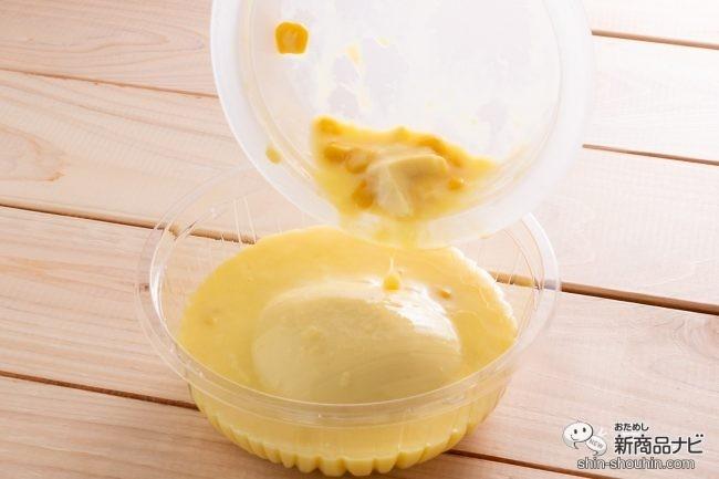 透明のボウルにコーンと豆腐の豆乳スープを注ぎ入れる様子