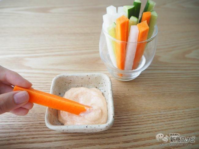 野菜スティックを『生めんたいマヨネーズタイプ』にディップする様子