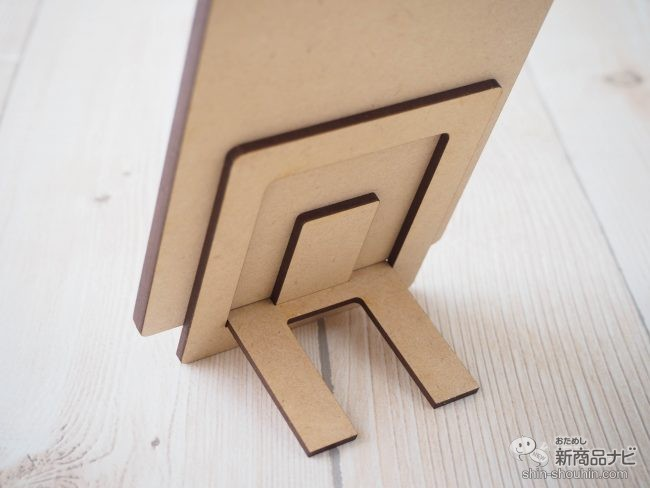 『アマビエ木製ジグソーパズル』を後ろから見た様子