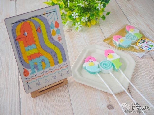 机の上に並べられたアマビエのジグソーパズルとお菓子