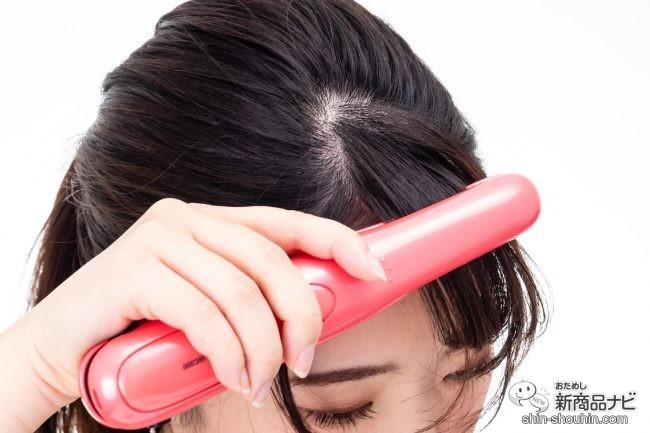 『コードレスヘアーアイロン ISC200』を使って前髪をカールさせる様子