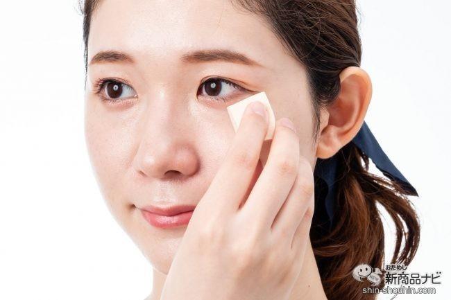 『matsukiyo メイクアップスポンジ ハウス型 30個入り』を使って顔にファンデーションをなじませる様子