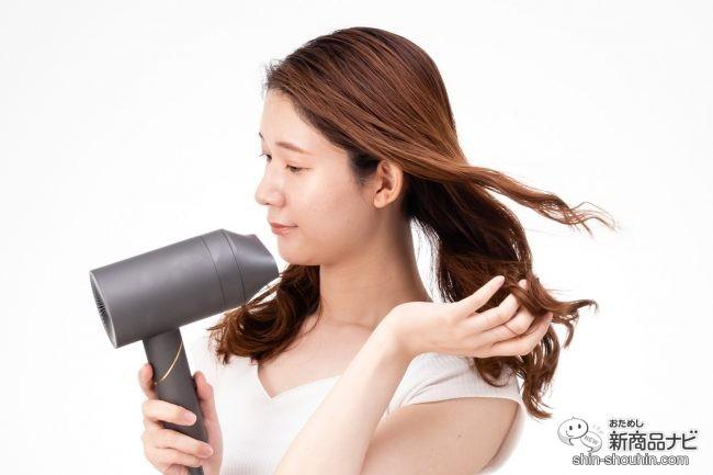 『 VENUSiS 遠赤イオンドライヤー VDC-5000 』 で髪を乾かす女性