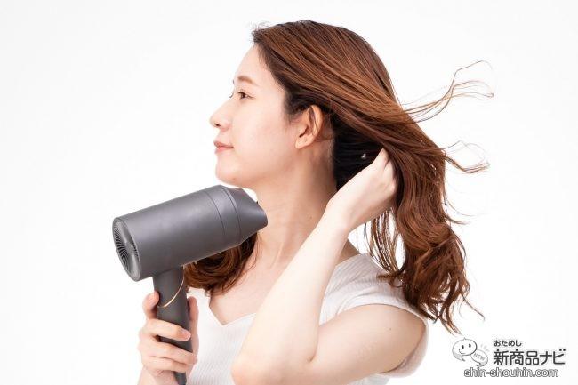『 VENUSiS 遠赤イオンドライヤー VDC-5000 』 で髪の根本を乾かす女性